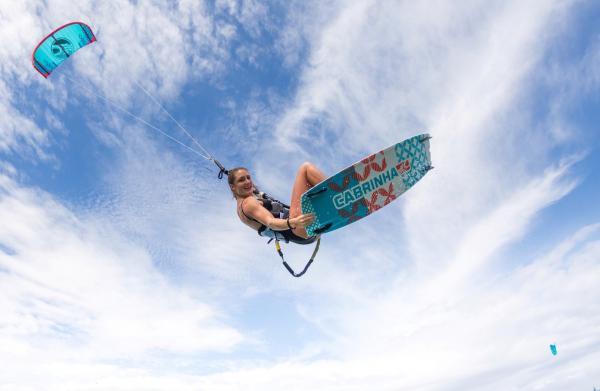 ragazza kiter salto